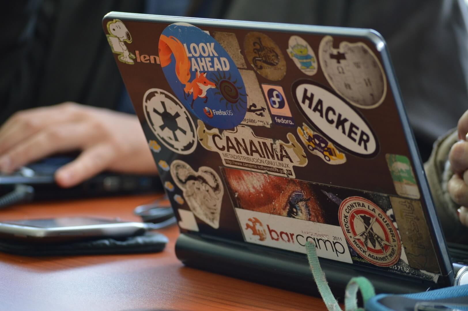 laptop computer internet hacker cybersecurity veiligheid beveiliging privacy wifi